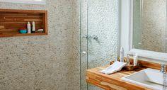 Seixo telado revestindo o box deixa até o menor dos banheiros com ar de spa!