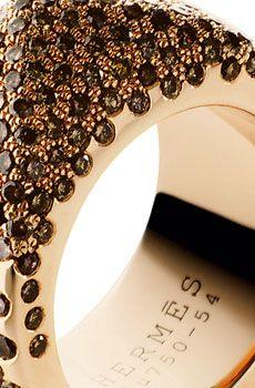 On craque pour le volume généreux qu'offre la bague Hermès. La couleur de l'or rose se marie à la perfection avec les diamants bruns. Avec elle, on ne risque pas de passer inaperçue !  Bague en or rose et diamants bruns, Hermès