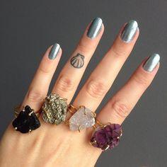 Anéis de pedra bruta reguláveis. Da esquerda pra direita: turmalina negra, pirita, cristal e ametista. ⇢ www.ziovara.com/aneis