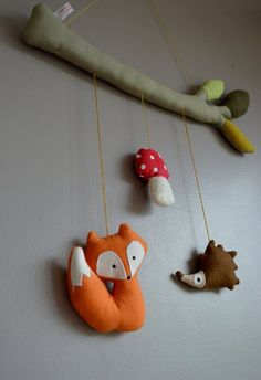 Mobile forêt de creagwen sur DaWanda.com Sewing For Kids, Diy For Kids, Felt Crafts, Diy And Crafts, Felt Kids, Homemade Dolls, Baby Room Decor, Felt Animals, Kids Decor