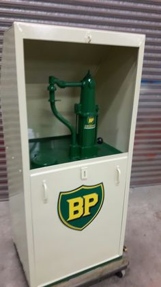 Old Gas Pumps, Vintage Gas Pumps, John Deere Decor, Bp Oil, Pompe A Essence, Soda Machines, Old Gas Stations, Fuel Oil, Oil And Gas