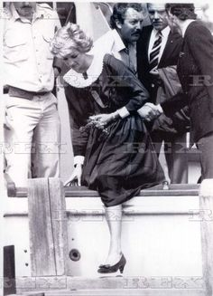 Princess Of Wales- Visit Australia & Usa 31st October 1985 Royals Tour Australia. Princess Diana Of Wales Gets Her Leg Over The Side Of Boat As She Arrives At Rotaman Island....royal Visits  Princess Diana  30 Oct 1985