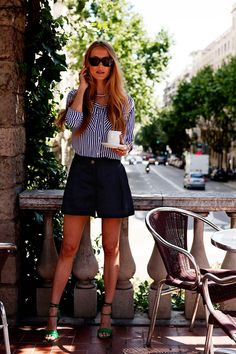 ¿NADA QUE PONERTE? Hoy es un gran día para lucir unos shorts azul marino, una camisa de rayas y unas sandalias de un color vibrante, como Vanesa Lorenzo en los 7días/ 7looks.