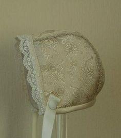 Bilder: Dåpsluer - www.toveaasland.com Kappor, Bonnets, Baby Sewing, Christening, Kids Fashion, Girls Dresses, Hats, Bracelets, Beautiful