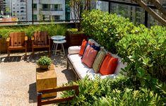 Essa cobertura de 55 m² em SP ganhou novos ares com um belo jardim. O projeto é das arquitetas Caroline Gabriades, Karla Lopez e Daniela Bastos. Publicado em Casa e Jardim