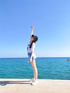 Touch the sun 😎😎 Beach Photography Poses, Beach Poses, Ulzzang Korean Girl, Cute Korean Girl, Tumbrl Girls, Cute Girl Photo, Foto Pose, Ulzzang Fashion, Korean Outfits