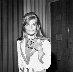 Dalida reçoit l'insigne de Commandeur des Arts et des Lettres en 1965.