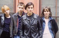 Justine Frischmann, Brett Anderson, British People, Britpop, Alternative Music, Girl Boss, Short Hair Styles, Things To Think About, Leather Jacket