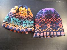 Noro Fair Isle Flower Hat / Katie Rose A nice pattern for those new to fair isle! Uses one strand self-striping yarn and one strand solid yarn.
