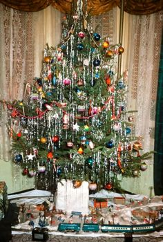 Old fashioned Christmas tree. Old Time Christmas, 1950s Christmas, Christmas Past, Christmas Holidays, Retro Christmas Tree, Christmas Tree For Toddlers, Father Christmas, Primitive Christmas, Country Christmas