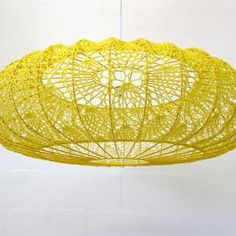 "Foto ""pinnata"" dalla nostra lettrice Carla Covasce, blogger di Craft Patisserie crochet lampshade by moonbasket #crochet_luminary ... inspiration GB"