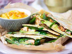 Kycklingquesadillas med avokado och cheddar | Recept från Köket.se Quorn, Tacos, Slag, Fresh Rolls, Cheddar, Quesadillas, Mexican, Yummy Food, Cooking