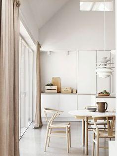 chaise de cuisine design, chaises en bois style scandinave, placards de cuisine blancs