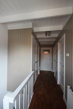 Kast links onder trap. Voorheen open trap naar zolder nu inloop kast geworden in dezelfde stijl als de rest.