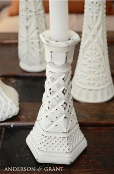 DIY Distressed Candlesticks Learn how to create shabby distressed painted candlesticks using thrift store glass bud vases. Painted Candlesticks, Painted Glass Vases, Upcycled Crafts, Diy Crafts, Vase Transparent, Do It Yourself Design, Vase Design, Thrift Store Crafts, Painted Furniture