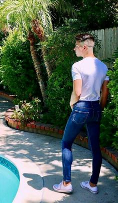 I am hoping that he will jump into that pool. Tight Jeans Men, Superenge Jeans, B Fashion, Skin Tight, Super Skinny Jeans, Perfect Body, Tights, Leggings, Beautiful Men