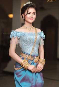 Thai Traditional Dress, Traditional Wedding Dresses, Traditional Fashion, Traditional Outfits, Cambodian Wedding Dress, Khmer Wedding, Sexy Asian Girls, Beautiful Asian Girls, Designer Party Wear Dresses