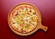 Pizza cu miel. Daca va place in egala masura carnea de miel si pizza, acum le puteti combina, caci astazi va recomandam o reteta de pizza cu miel, pe care o puteti savura cu placere la masa de Paste.  Ingrediente (pentru 4 portii):      300 gr. file de miel;     2 patrate aluat pentru pizza Bella cu proportii 20×20 cm;     6 rosii;     250 gr. branza (preferabil de capra);     1 lingura de busuioc proaspat;     1 galbenus de ou;     100 ml untdelemn;     sare;     piper.