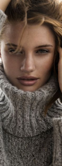 my favourite winter neckline Rosie Huntington Whiteley by Gabor Jurina Rosie Huntington Whiteley, Gros Pull Mohair, Beautiful People, Beautiful Women, Devon England, Knit Fashion, Cozy Sweaters, Sensual, Sweater Weather