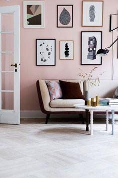 O rosa quartzo, junto com o azul serenity, são as cores do ano de 2016 eleitas pela Pantone. Confira o décor dessa sala delicado e clássico e se inspire!