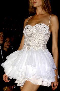Balmain S/S 2009 ♥ xoxo, Manhattan Girl White Fashion, Love Fashion, Runway Fashion, Fashion Show, Style Fashion, Beautiful Gowns, Beautiful Outfits, Vogue, Glamour