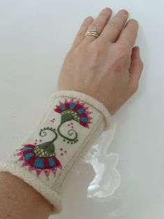 Fasta maskor och lösa funderingar: Muddar att vara fin i Knit Mittens, Mitten Gloves, Knitted Hats, Swedish Embroidery, Wool Embroidery, Wrist Warmers, Hand Warmers, Scandinavian Folk Art, Felt Decorations