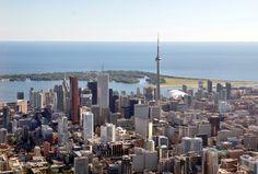Toronto es la ciudad más grande de Canadá.Toronto es un puerto de entrada de gente y de comercio lo que hace que sea uno de los centros comerciales, financieros, e industriales más importantes de Canadá. Toronto y el área circundante produce más de la mitad de los artículos manufacturados de Canadá.