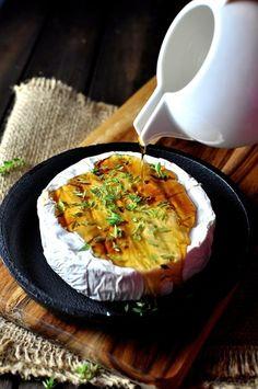<材料> ブリーチーズ 250g  メープルシロップ(あるいはハチミツ) 小さじ3 タイムの葉 3本分 塩 ひとつまみ