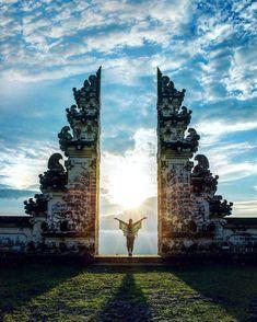 A bondade grita O mal sussura provérbio balinês Foto: Um dos mais sagrados templos de Bali Pura Lempuyang após 2 horas de subida e 1700 passos. Registrado por @chelseakauai