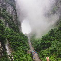 Tianmen mountain #tianmen #mountain #tianmenmountain #tianmenshan #heavensgatemountain #heavensgate #camminate #passeggiate #percorsi #scale #funivia #funiviapiùlungadelmondo #redbull #pioggia #fatica #turismocinese #zhangjiajie #hunan #china #natgeotravel #natgeo #张家界 #湖南 #中国 #天门山