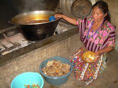 Cociendo caldo con carne de res y tamalitos para fiesta