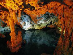 All'interno si trovano conformazioni calcaree come stalattiti e stalagmiti, e un lago salato di circa 120 metri di lunghezza, il cui livello è lo stesso di quello del mare.