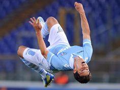 Lazio Roms brasilianischer Mittelfeldspieler Anderson Hernanes macht vor Freude über sein Tor zum 3:0 gegen Udinese Calcio einen Salto rückwärts. (Foto: Ettore Ferrari/dpa)
