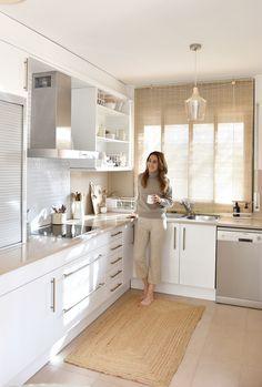 Marina Cabero - Home & Kids styling Small Apartment Kitchen, Home Decor Kitchen, Interior Design Kitchen, White Farmhouse Kitchens, Modern Farmhouse Interiors, Küchen Design, House Design, Bedroom Decor On A Budget, Pantry Design