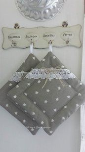 Pair of pot holders with white stars on a greige background Diy Home Crafts, Creative Crafts, Sewing Crafts, Sewing Projects, Hand Embroidery Patterns Free, Sewing Patterns, Crochet Waffle Stitch, Crochet Handbags, Cookware Set