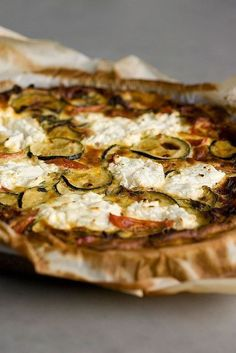 Quiche with zucchini, tomato en goat cheese Oven Dishes, Dinner Dishes, Feel Good Food, Love Food, Tapas, Savoury Baking, Quiche Recipes, Happy Foods, Pizza
