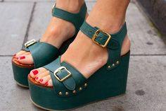 As Flatforms Sandals vieram direto do verão europeu para os pés das brasileiras. O solado grosso, combinado com diferentes cores e texturas, faz deste calçado a peça central do look. Na foto, a versão chic da Céline.
