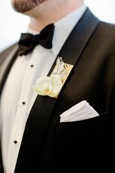 Gold and white floral boutonniere #wedding #groom #boutonniere #gold #goldwedding