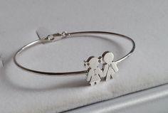 Pulsera Niña y Niño,  realizada en plata de 1º ley.   Es una pulsera elegante , sencilla y a lavez original.