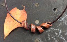 Texturierte Kupfer Schmuck.Kupfer Schmuck.Unisex Halskette in Kupfer. Gehämmert Kupfer Anhänger. Kupfe Kette.Wikinger Kupfer Schmuck. von Designvonmerrill auf Etsy