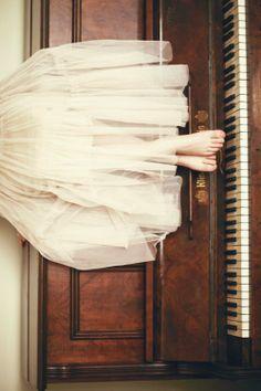 La música, los pianos, los tules y los pies.