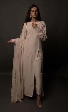 Looks to get Hook Of – AwesomeLifestyleFashion - Pakistani dresses Indian Fashion Dresses, Dress Indian Style, Indian Gowns, Indian Attire, Indian Wear, Fashion Outfits, Punjabi Fashion, Kurtis Indian, Pakistani Fashion Casual