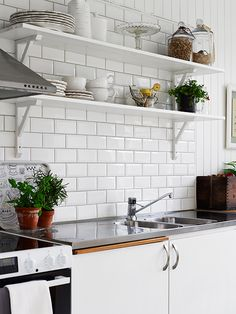 love the tiles Cheap Kitchen, New Kitchen, Kitchen Dining, Wood Interior Design, Beautiful Interior Design, Beach Kitchens, Home Kitchens, Kitchen Interior, Interior Design Living Room