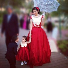 Mother and daughter Mom Daughter Matching Outfits, Mommy Daughter Dresses, Mom And Baby Dresses, Mother Daughter Fashion, Mom Dress, Mother Daughters, Fancy Dress, Kids Gown, Baby Dress Patterns