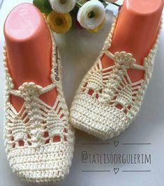 Granny Crochet Passo A Passo Flor Duna Contornada Best Shoe Styles Crochet - Diy Crafts Crochet Slipper Boots, Crochet Sandals, Knit Shoes, Crochet Tote, Knitted Slippers, Crochet Slippers, Filet Crochet, Crochet Stitches, Crochet Baby