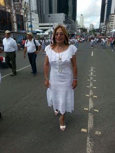 la diputada Balbina Herrera en los Desfiles y actos del 3 de noviembre, luciendo un #vestidoestilizado
