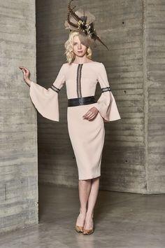 67c54e678f Un vestido de madrina corto sofisticado y original de esta campaña