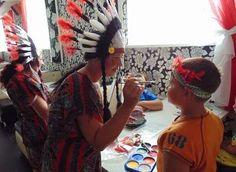 Аквагрим раскраска на лице на празднике День индейца