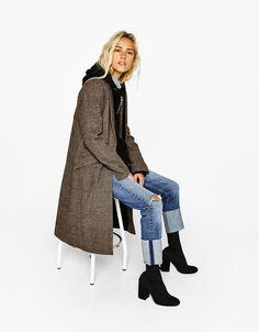 Μάλλινο παλτό σε αντρική γραμμή. Ανακαλύψτε το μαζί με πολλά άλλα ρούχα στο Bershka, με νέες παραλαβές κάθε εβδομάδα.