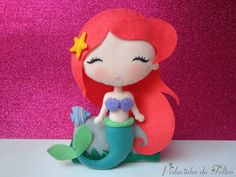 Linda Princesa Ariel encostada em sua pedra no fundo do mar. Ótima para decoração. <br> <br>Toda feita em feltro. <br> <br>>>O valor corresponde a UNIDADE e ao tamanho indicado, 23cm.<< <br> <br>>>Antes de fechar seu pedido consulte o tempo de produção.<<